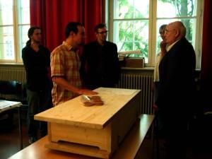 Immanuel Stork präsentiert seine Bienenkiste vor Besuchern der Abschlussveranstaltung Regionale Innovationen